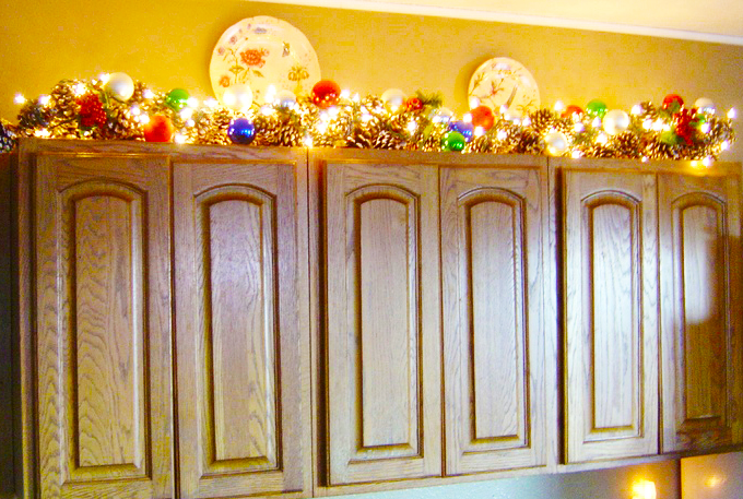 Decorate custom kitchen cabinets for perfect kitchen roy for Christmas decorating above kitchen cabinets