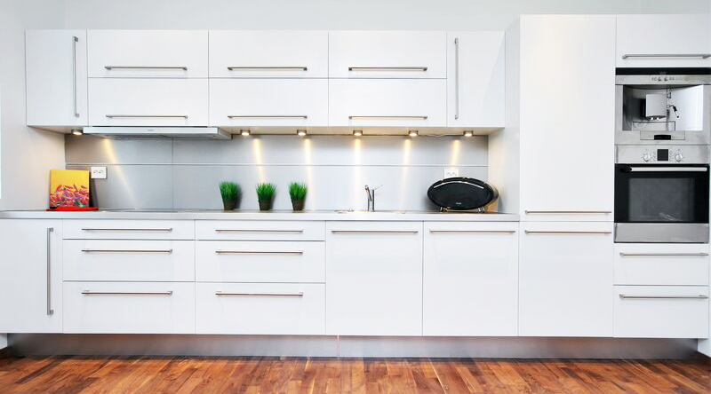 White kitchen cabinet for great looking kitchen decor for Nice looking kitchens