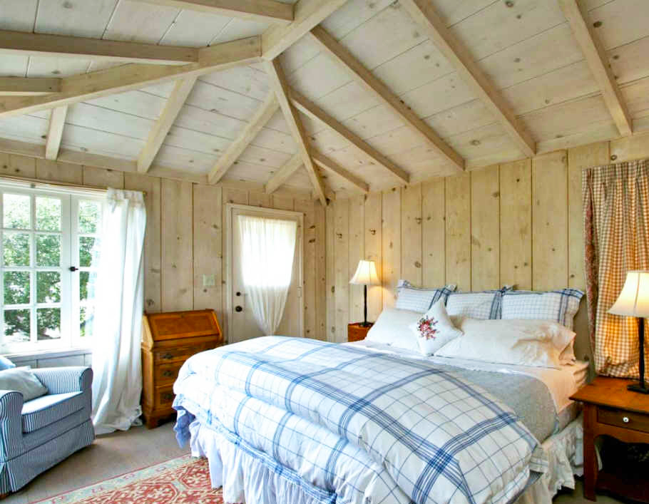 bedroom-ceiling-design-in-cottage-bedroom-with-wood-paneled-ceilings-ideas-in-small-space-bedroom-with-red-carpet