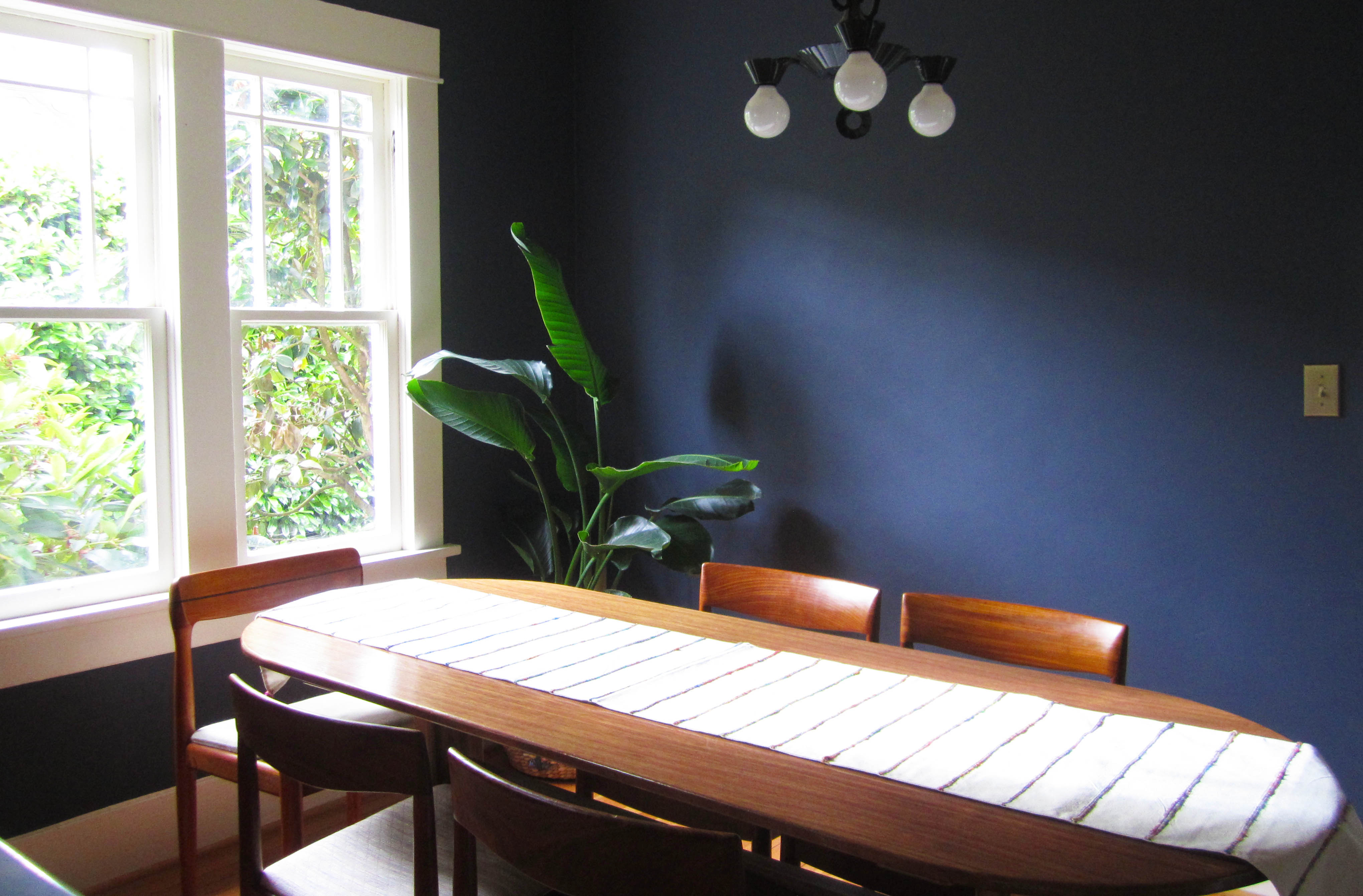 blue-matt-wall-apint-colors-for-dining-room-for-wall-paint-interior-design-ideas-with-wood-dining-table-and-large-white-windows