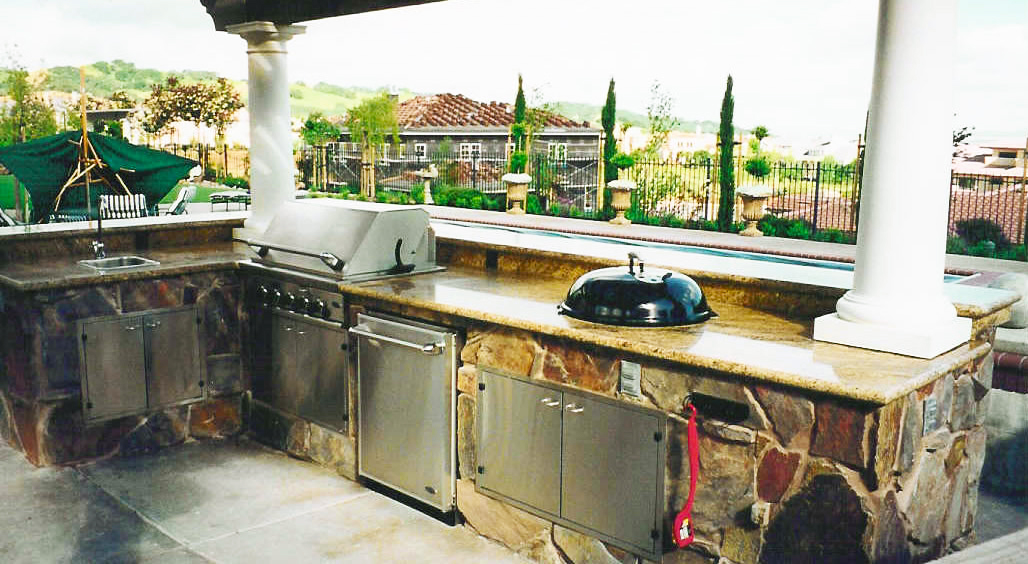 backyard-kitchen-designs-ideas-in-patio-with-outdoor-kitchen-grills-for-built-bbq-grill-and-outdoor-kitchen-appliances