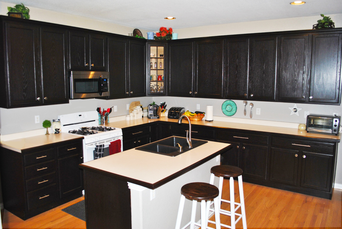 Custom black kitchen cabinets roy home design for Black kitchen cabinets photos