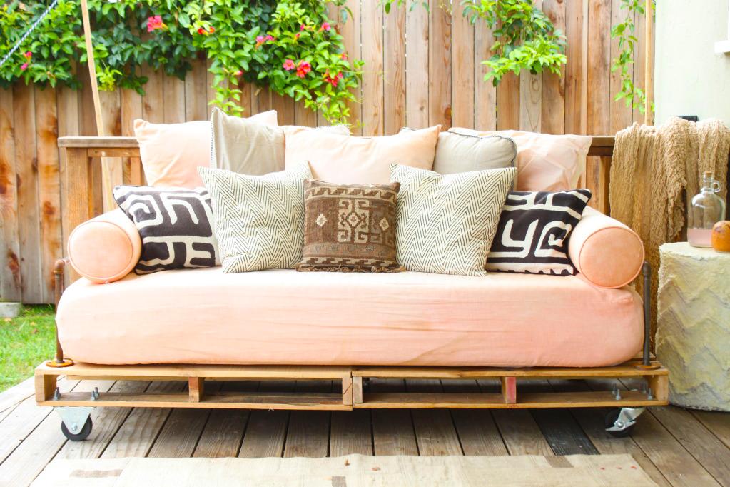 modern-Outdoor-furniture-from-wooden-pallet-with-best-modern-outdoor-sofa-pallet-with-square-cushion-ideas
