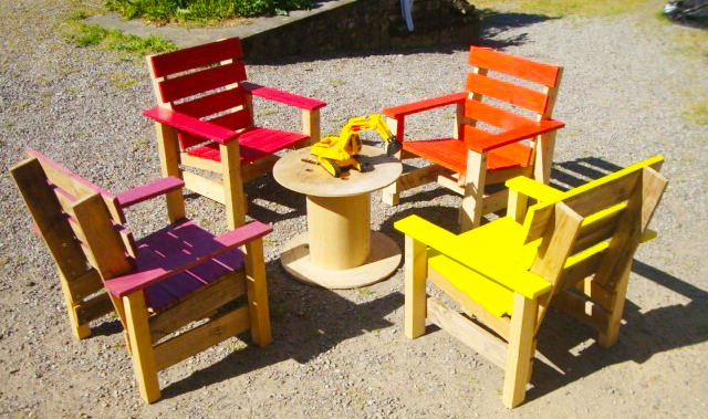 wooden-pallet-armchair-for-kids-pallet-furniture-ideas-how-to-make-pallet-tabe-kids-with-colorfull-four-palle-kids-chairs-design