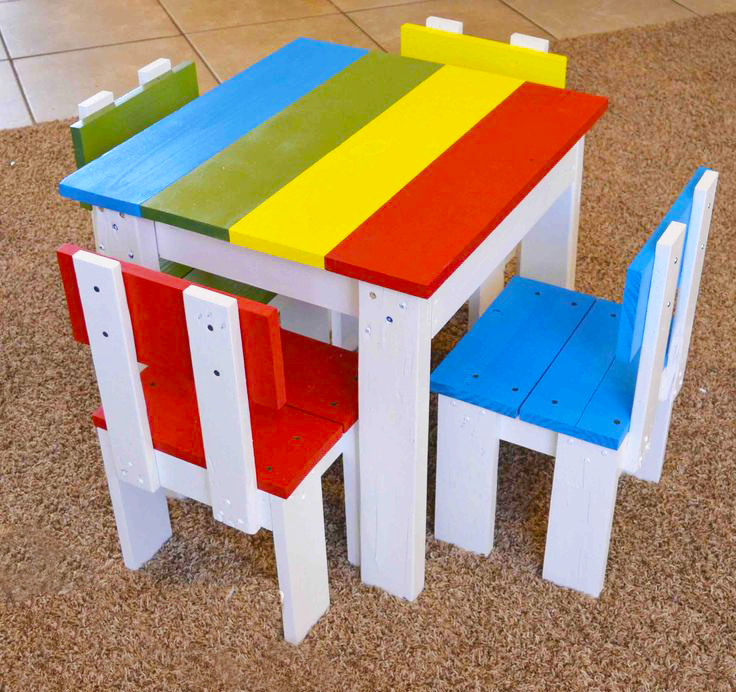 wooden-pallet-kids-furniture-dining-table-sets-ideas-with-colorfull-pallet-wood-for-kids-table-with-four-wooden-pallet-chairs