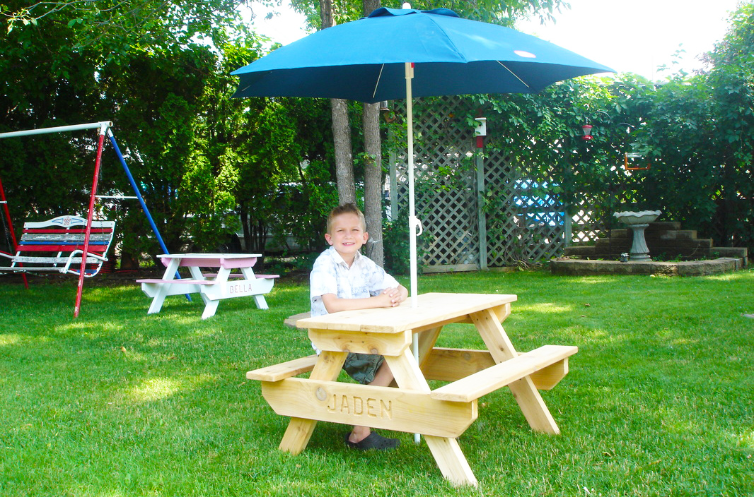 wooden-pallet-kids-furniture-how-to-make-naked-palette-picnic-table-for-kids-outdoor-furniture-design-with-umbrella-pallet-picnic-table