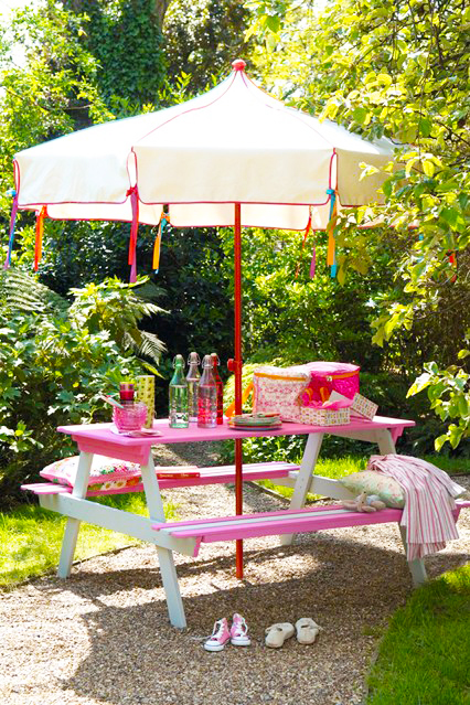 wooden-pallets-project-for-kids-pallet-furniture-how-to-make-pink-pallet-picinc-table-for-kids-with-pink-umbrella-picnic-table-design-for-outoor-furniture-ideas