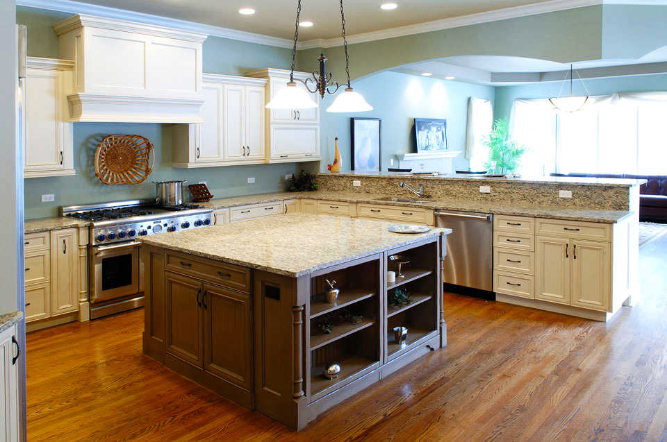 custom-kitchen-cabinets-design-idas-for-large-kitchen-layout-with-maple-square-kitchen-island-and-pendant-light-kitchen-decor