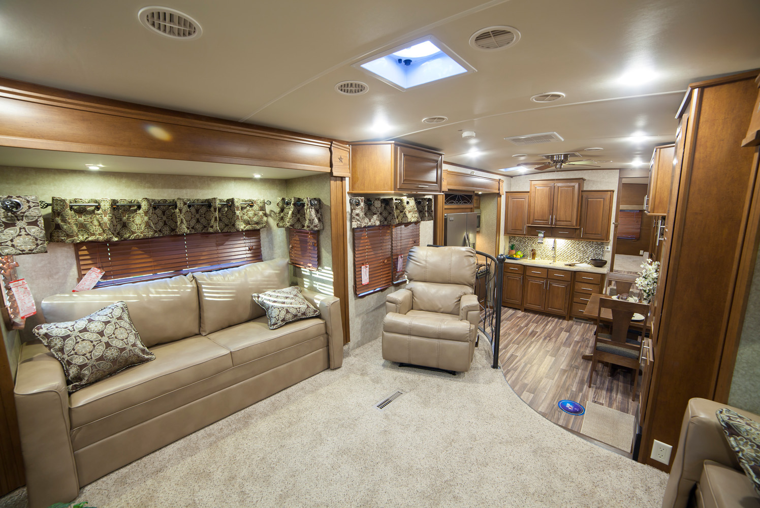 fifth wheel campers with front living rooms 01
