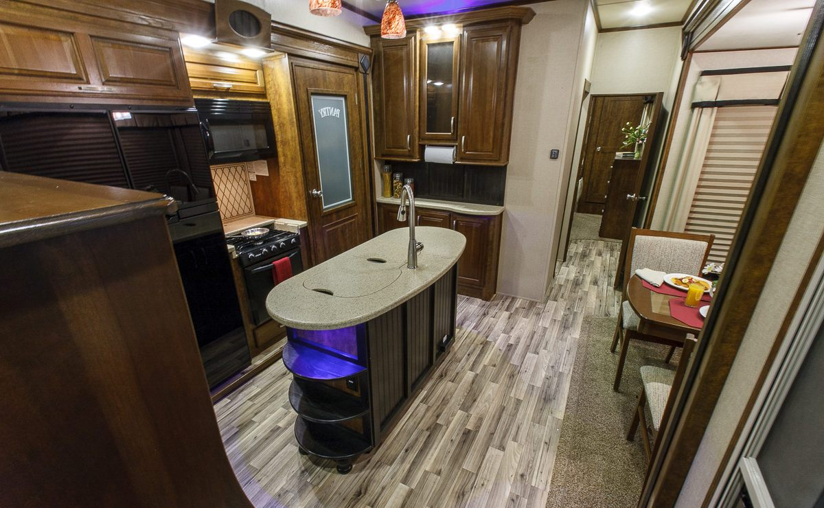fifth wheel campers with front living rooms 03