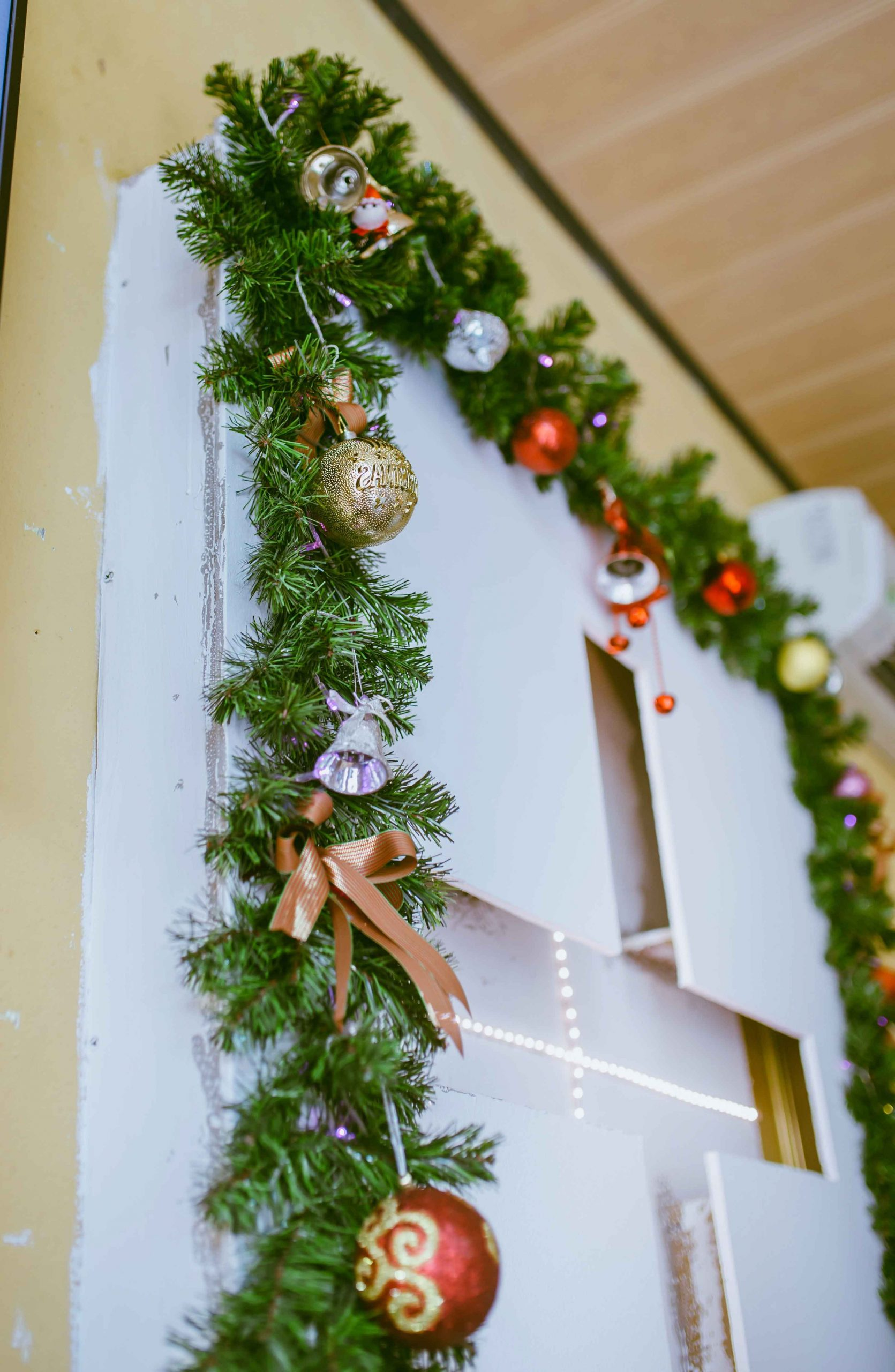 Christmas Garland Front Door Hanging Hacks You Need to Know | Roy Home Design